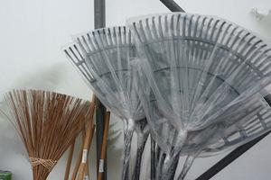 Grabie do liści i miotła to niezbędne narzędzia jesienią