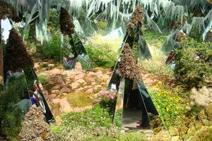 Lustrzane ostrosłupy to obeliski dla wymagających. Ustawione wśród roślin wprowadzą trochę zamieszania