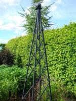 Elegancki obelisk metalowy z kratownicą