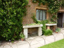 Stare kamienne koryta służą jako pojemniki do uprawy sucholubnych roślin