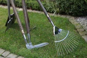Przydadzą się także narzędzia do pielęgnacji trawnika: dobre grabie i nożyce do kantów