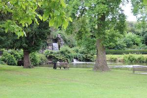 Gdy dokupiono ziemi po drugiej stronie jeziora i powstał typowy angielski park krajobrazowy