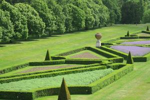 Idealnie utrzymany geometryczny parter otaczają zielone, rozległe trawniki ogrodu Cliveden
