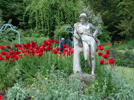 Ogrodowe rzeźby wśród kwiatów
