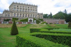 Spektakularna posiadłość nad Tamizą z kilkoma ogrodami, każdy o innym charakterze