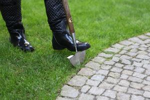 Szpadelek nóż do cięcia brzegów trawnika jest dostępny w naszym sklepie. Jest wykonany z nierdzewnej stali