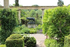Widzimy posągi Romulusa i Remusa - to kolejny, wspaniały element w tym ogrodzie