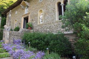 Schody prowadzące do klasztoru zdobią wszechobecne dzwonki, które wysiewają się wszędzie