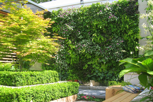 Pionowe ogrody służą zwiększeniu wydajności głównie małych ogrodów, bo mała przestrzeń to duże wyzwanie dla ogrodnika, który musi się zmierzyć z problemem, jak pomieścić więcej roślin