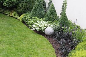 Na koniec trzeba dociąć brzegi trawnika specjalnym nożem do krawędzi, dzięki czemu ogród zyska nowy wygląd