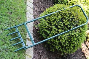 Przyrząd do nakłuwania trawnika