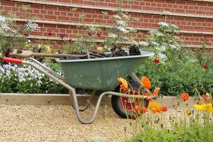 Kompostowanie odpadów odzyskuje substancje organiczne spowrotem do ogrodu i zmniejsza ilość odpadów w gospodarstwie domowym o połowę.