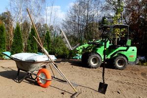 Niezbędne maszyny i narzędzia to glebogryzarka (można ją wypożyczyć), dobry szpadel, grabie zwykłe, grabie z długimi zębami do wygrabiania kamieni i śmieci, deska do powierzchniowego równania, wał, kompost lub torf do wzbogacania wierzchniej warstwy ziemi