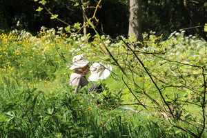 Croft Garden i ludzie w płóciennych kapeluszach