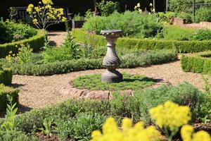 Ogród ziołowy z zegarem słonecznym