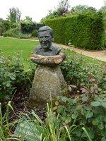 """Rabaty w """"Memorial Garden"""" wypełnione są wiosną przebiśniegami i narcyzami, a latem wspaniałą różą """"Geoff Hamilton"""" ze szkółki Davida Austina"""