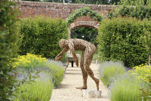 Budowę centralnego ogrodu ziołowego rozpoczęto w 2002 roku. W  centrum herbarium ustawiono rzeźbę mężczyzny, wykonaną z wikliny