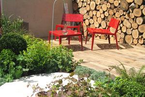 Jaskrawe meble ożywią ogród
