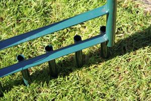 Nałuwanie (aeracja) trawnika przy pomocy aeratora z rurkami