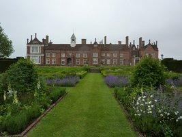 Widok na dom z ogrodu formalnego