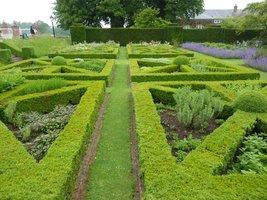 W ogrodzie formalnym królują kocimiętki, lawenda, bodziszki, liliowce, naparstnice, przywrotnik ostroklapowy, budleje i róże