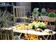 Jesienna dekoracja na stole z dodatkiem owoców miechunki rozdętej