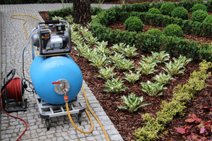 Samodzielnie skonstruowane urządzenie do aplikowania roztworu na dużej powierzchni. Użyto sprężarki i pojemnika 80 litrów, fot. Danuta Młoźniak