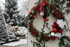 Wianek świąteczny doskonale zdobi ogród w zimowej szacie