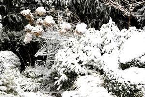 Ogród w zimowej scenerii wygląda pięknie
