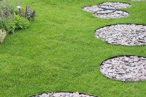 Okrągłe wysepki w trawniku przeznaczone do stąpania