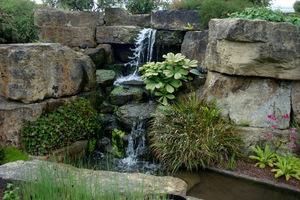 Mały wodospad w ogrodzie skalnym