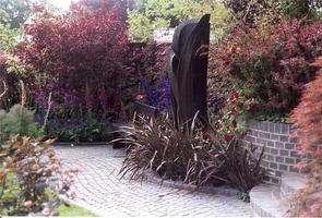 W czarnym ogrodzie nawet rzeźba jest czarna