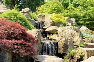 Potężny wodospad jako początek strumienia