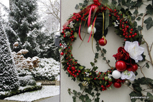 Wianek świąteczny w ogrodzie