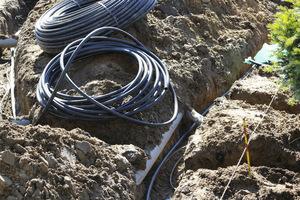 Rurociągi rozprowadzające wodę do zraszaczy i na rabaty