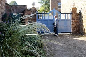 Charakterystyczna niebieska brama zaprasza do ogrodu