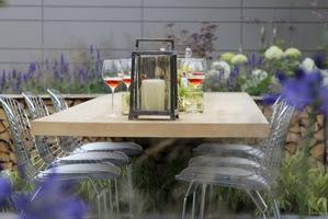 """Któż by nie chciał dołączyć do """"garden party"""" w takim ogrodzie i przy takim stole"""