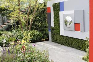 Artystyczna kompozycja na ogrodzeniu przypomina rzeźbę