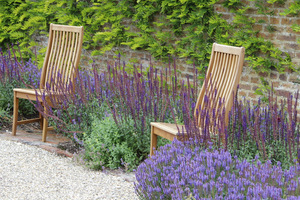 Po bokach ustawiono krzesła z drewna tekowego, trwałe, można powiedzieć wieczne, nie do zniszczenia