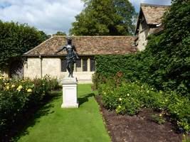 Posąg w różanym ogrodzie