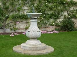 Zegar słoneczny w ogrodzie formalnym