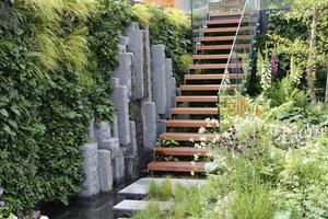 Zbyt wysoka ściana złagodzona pionowymi nasadzeniami roślinnymi