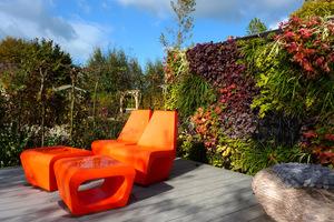 Kolorowe meble i żywe, pionowe, roślinne ściany