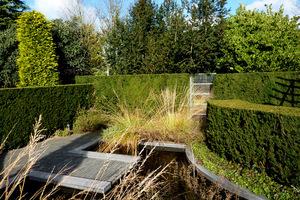 Lustro na zakończeniu zbiornika wodnego potęguje efekt wody w ogrodzie