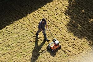 Wertykulacja trawnika usuwa mech i zbity filc