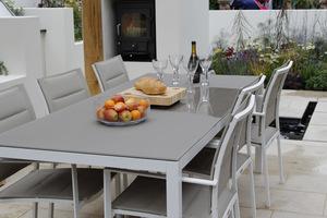 Ogromny stół do przyjmowania gości