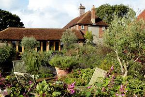 Ogród, Perch Hill Farm, położony jest w hrabstwie  East Sussex i otwarty tylko kilka dni w roku