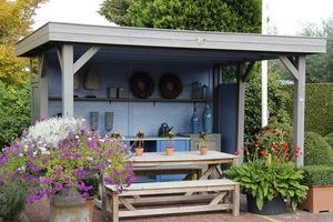 Prosta altana z jednym bokiem otwartym na ogród