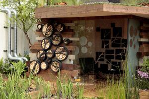 Altana z efektownymi domkami dla owadów, artyzm tutaj widać