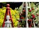 Obeliski ogrodowe z czerwonymi różami
